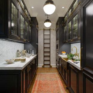 Zweizeilige, Mittelgroße, Geschlossene Klassische Küche ohne Insel mit Landhausspüle, profilierten Schrankfronten, schwarzen Schränken, Marmor-Arbeitsplatte, Küchenrückwand in Weiß, braunem Holzboden und Rückwand aus Marmor in Seattle