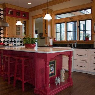 シャーロットのカントリー風おしゃれなキッチン (エプロンフロントシンク、落し込みパネル扉のキャビネット、白いキャビネット、シルバーの調理設備の、濃色無垢フローリング) の写真