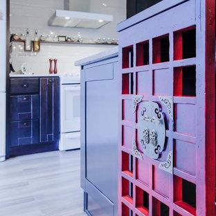 モントリオールのアジアンスタイルのおしゃれなキッチン (アンダーカウンターシンク、シェーカースタイル扉のキャビネット、赤いキャビネット、木材カウンター、ベージュキッチンパネル、磁器タイルのキッチンパネル、白い調理設備、磁器タイルの床) の写真