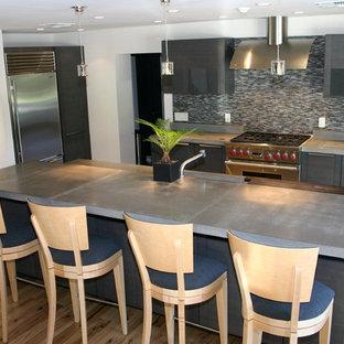 Idee per una cucina design di medie dimensioni con top in cemento, lavello sottopiano, ante grigie, paraspruzzi multicolore, paraspruzzi con piastrelle a listelli, elettrodomestici in acciaio inossidabile, parquet chiaro, isola, pavimento beige e top grigio