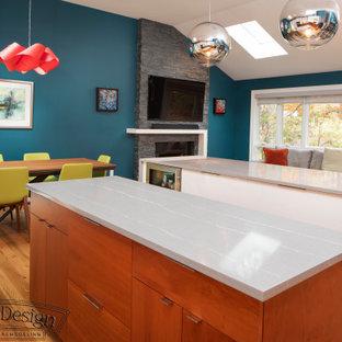 ニューヨークの中くらいのコンテンポラリースタイルのおしゃれなキッチン (アンダーカウンターシンク、フラットパネル扉のキャビネット、クオーツストーンカウンター、白いキッチンパネル、セラミックタイルのキッチンパネル、シルバーの調理設備、無垢フローリング、茶色い床、グレーのキッチンカウンター、中間色木目調キャビネット) の写真