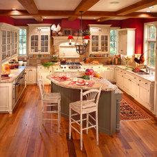 Traditional Kitchen by KITCHEN DESIGN STUDIO