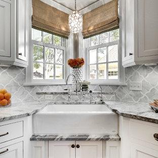 Esempio di una cucina classica con lavello stile country, ante con riquadro incassato, ante bianche, paraspruzzi grigio e paraspruzzi in marmo