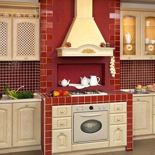 Idéer för ett mellanstort medelhavsstil linjärt kök med öppen planlösning, med en enkel diskho, luckor med glaspanel, beige skåp, marmorbänkskiva, brunt stänkskydd, stänkskydd i mosaik, rostfria vitvaror och klinkergolv i keramik