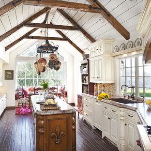 ロサンゼルスのトラディショナルスタイルのおしゃれなキッチン (レイズドパネル扉のキャビネット、ベージュのキャビネット、アンダーカウンターシンク、マルチカラーのキッチンパネル、ボーダータイルのキッチンパネル、シルバーの調理設備の、濃色無垢フローリング) の写真