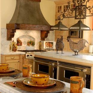 Offene, Geräumige Klassische Küche in L-Form mit Schrankfronten mit vertiefter Füllung, hellen Holzschränken, Marmor-Arbeitsplatte, Küchenrückwand in Weiß, Rückwand aus Steinfliesen, weißen Elektrogeräten, zwei Kücheninseln und Kalkstein in Chicago