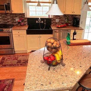 Offene, Mittelgroße Country Küche in L-Form mit Landhausspüle, Schrankfronten im Shaker-Stil, weißen Schränken, Arbeitsplatte aus Recyclingglas, Küchenrückwand in Braun, Rückwand aus Stäbchenfliesen, Küchengeräten aus Edelstahl, hellem Holzboden, Kücheninsel und beigem Boden in Portland Maine