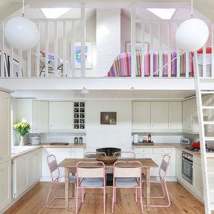 Esempio di una cucina nordica di medie dimensioni con lavello da incasso, ante in stile shaker, ante bianche, top in legno, paraspruzzi bianco, paraspruzzi con piastrelle diamantate, elettrodomestici da incasso, parquet chiaro e nessuna isola