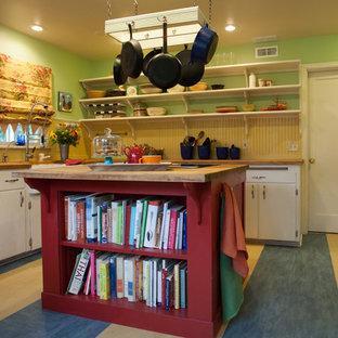Mittelgroße, Geschlossene Landhausstil Küche in L-Form mit Landhausspüle, flächenbündigen Schrankfronten, weißen Schränken, Arbeitsplatte aus Holz, Kücheninsel, Küchenrückwand in Beige, Rückwand aus Holz, Küchengeräten aus Edelstahl, Vinylboden, buntem Boden und brauner Arbeitsplatte in Seattle