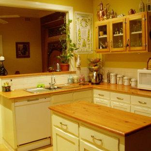 Inspiration för ett litet lantligt kök, med en dubbel diskho, luckor med infälld panel, vita skåp, träbänkskiva, vitt stänkskydd, stänkskydd i tunnelbanekakel, vita vitvaror, klinkergolv i terrakotta och en köksö