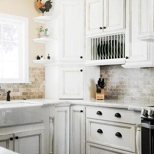 Imagen de cocina de estilo de casa de campo, abierta, con fregadero sobremueble, armarios estilo shaker, puertas de armario con efecto envejecido, encimera de granito, electrodomésticos de acero inoxidable y suelo de madera en tonos medios
