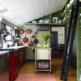 На фото: отдельная кухня в стиле кантри с открытыми фасадами, зелеными фасадами и цветной техникой с