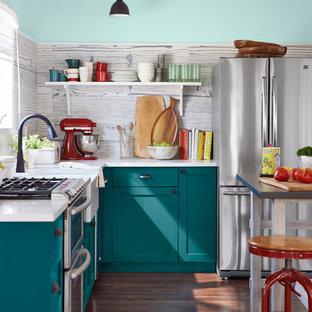 Maritim inredning av ett litet vit vitt l-kök, med en rustik diskho, skåp i shakerstil, turkosa skåp, bänkskiva i kvarts, grått stänkskydd, stänkskydd i porslinskakel, rostfria vitvaror, en köksö, brunt golv och mellanmörkt trägolv