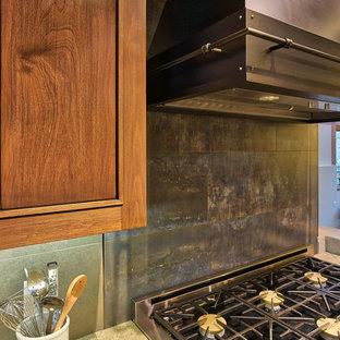 デンバーの広いインダストリアルスタイルのおしゃれなキッチン (アンダーカウンターシンク、シェーカースタイル扉のキャビネット、中間色木目調キャビネット、御影石カウンター、グレーのキッチンパネル、セラミックタイルのキッチンパネル、シルバーの調理設備、無垢フローリング、マルチカラーの床、ベージュのキッチンカウンター) の写真