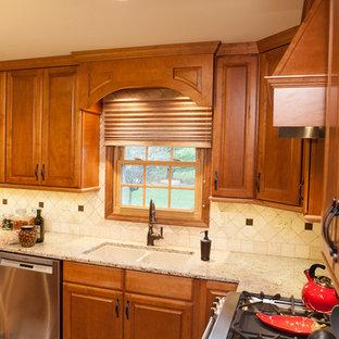 Offene, Mittelgroße Klassische Küche in U-Form mit profilierten Schrankfronten, Granit-Arbeitsplatte, hellem Holzboden, Kücheninsel, Unterbauwaschbecken, hellen Holzschränken, Küchenrückwand in Beige, Rückwand aus Steinfliesen und Küchengeräten aus Edelstahl in Chicago