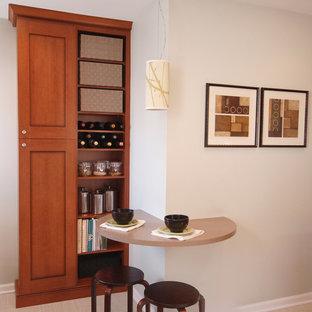 Idéer för att renovera ett litet funkis l-kök, med en nedsänkt diskho, skåp i mellenmörkt trä, vitt stänkskydd, rostfria vitvaror och linoleumgolv