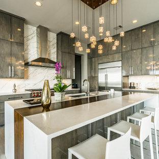 Esempio di una grande cucina minimal con ante lisce, top in quarzite, paraspruzzi bianco, paraspruzzi in marmo, elettrodomestici in acciaio inossidabile, pavimento con piastrelle in ceramica, isola, lavello sottopiano, ante marroni, pavimento grigio e top multicolore