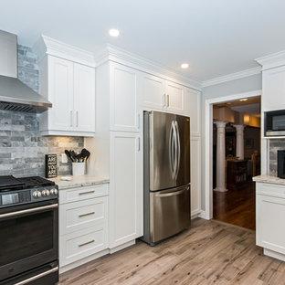 他の地域の中サイズのコンテンポラリースタイルのおしゃれなキッチン (アンダーカウンターシンク、シェーカースタイル扉のキャビネット、白いキャビネット、クオーツストーンカウンター、グレーのキッチンパネル、レンガのキッチンパネル、シルバーの調理設備の、磁器タイルの床、グレーの床、白いキッチンカウンター) の写真