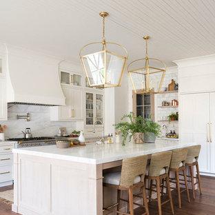 На фото: большая угловая кухня в морском стиле с обеденным столом, белыми фасадами, мраморной столешницей, разноцветным фартуком, фартуком из мрамора, паркетным полом среднего тона, островом и разноцветной столешницей с