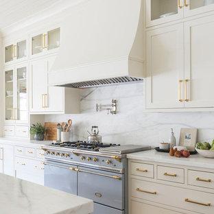 Inspiration för ett stort maritimt flerfärgad flerfärgat kök, med vita skåp, marmorbänkskiva, flerfärgad stänkskydd, stänkskydd i marmor, mellanmörkt trägolv och en köksö