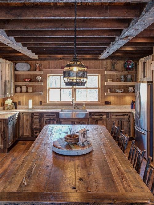 Urige Wohnküche In U Form Mit Landhausspüle, Rückwand Aus Holz, Dunklem  Holzboden,