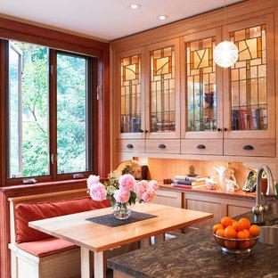 Rustikale Küche mit Doppelwaschbecken, Glasfronten und hellbraunen Holzschränken in Toronto