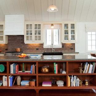 Einzeilige, Große Klassische Wohnküche mit Glasfronten, Granit-Arbeitsplatte, beigen Schränken, Rückwand aus Metrofliesen, Küchenrückwand in Rot, Küchengeräten aus Edelstahl, dunklem Holzboden, Kücheninsel und braunem Boden in San Diego