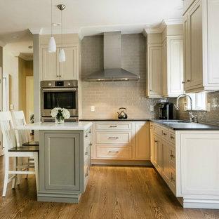 Offene, Kleine Klassische Küche In U Form Mit Unterbauwaschbecken,  Kassettenfronten, Beigen Schränken