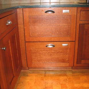 Geschlossene, Mittelgroße Urige Küche in U-Form mit Unterbauwaschbecken, Schrankfronten im Shaker-Stil, hellbraunen Holzschränken, Küchengeräten aus Edelstahl und Korkboden in Chicago