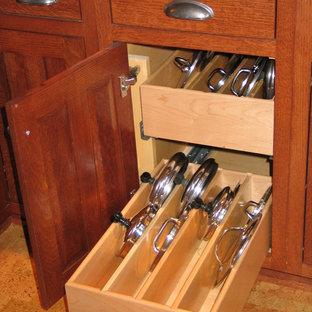 Idéer för att renovera ett avskilt, mellanstort amerikanskt u-kök, med en undermonterad diskho, skåp i shakerstil, skåp i mellenmörkt trä, rostfria vitvaror och korkgolv