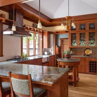 Idéer för att renovera ett amerikanskt grå grått u-kök, med en rustik diskho, släta luckor, skåp i mellenmörkt trä, grått stänkskydd, mellanmörkt trägolv, en halv köksö och brunt golv