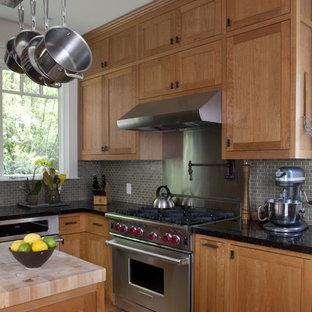 Ispirazione per una cucina american style con paraspruzzi grigio, elettrodomestici in acciaio inossidabile, ante in stile shaker e ante in legno scuro