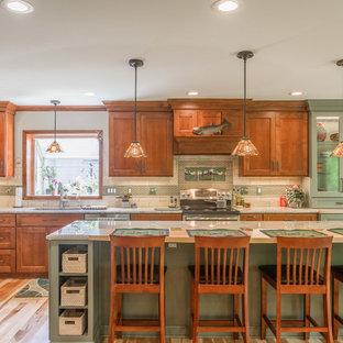 Inspiration för ett stort amerikanskt beige beige kök, med en undermonterad diskho, släta luckor, bruna skåp, granitbänkskiva, beige stänkskydd, stänkskydd i kalk, rostfria vitvaror, ljust trägolv, en köksö och brunt golv