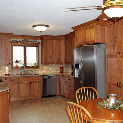 Example of a mid-sized arts and crafts u-shaped eat-in kitchen design in Other with an undermount sink, shaker cabinets, medium tone wood cabinets, granite countertops, beige backsplash, stone tile backsplash and stainless steel appliances