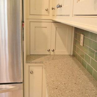 Geschlossene, Kleine Urige Küche ohne Insel in U-Form mit Waschbecken, Kassettenfronten, weißen Schränken, Küchenrückwand in Grün, Küchengeräten aus Edelstahl, Linoleum und Arbeitsplatte aus Recyclingglas in Sonstige