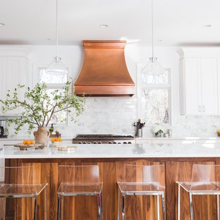 Идея дизайна: большая п-образная кухня-гостиная в стиле неоклассика (современная классика) с фасадами в стиле шейкер, белыми фасадами, островом, мраморной столешницей, белым фартуком, фартуком из каменной плитки, техникой из нержавеющей стали, одинарной раковиной и паркетным полом среднего тона