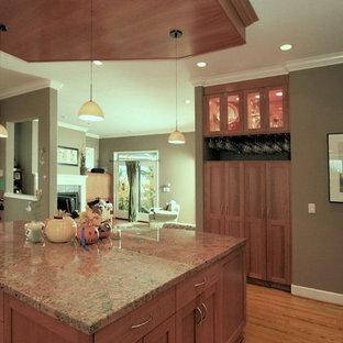 ポートランドの大きいエクレクティックスタイルのおしゃれなキッチン (アンダーカウンターシンク、シェーカースタイル扉のキャビネット、中間色木目調キャビネット、御影石カウンター、グレーのキッチンパネル、スレートの床、シルバーの調理設備の、無垢フローリング、茶色い床、マルチカラーのキッチンカウンター) の写真