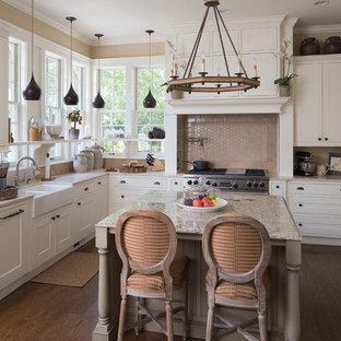 Exempel på ett mellanstort lantligt vit vitt kök, med en rustik diskho, skåp i shakerstil, vita skåp, beige stänkskydd, stänkskydd i tunnelbanekakel, integrerade vitvaror, marmorbänkskiva och en köksö