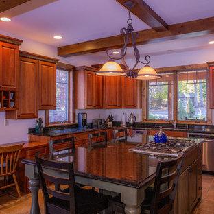 他の地域の中サイズのトランジショナルスタイルのおしゃれなキッチン (ドロップインシンク、レイズドパネル扉のキャビネット、中間色木目調キャビネット、御影石カウンター、シルバーの調理設備、セラミックタイルの床) の写真