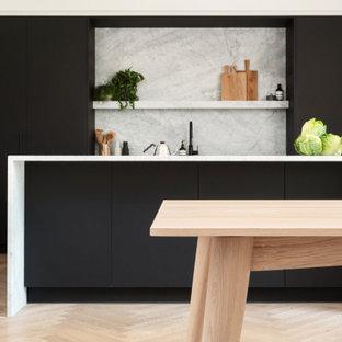 Ispirazione per una cucina scandinava di medie dimensioni con lavello sottopiano, ante lisce, ante nere, top in marmo, paraspruzzi grigio, paraspruzzi in marmo, elettrodomestici neri, parquet chiaro, isola, pavimento marrone, top grigio e soffitto in carta da parati