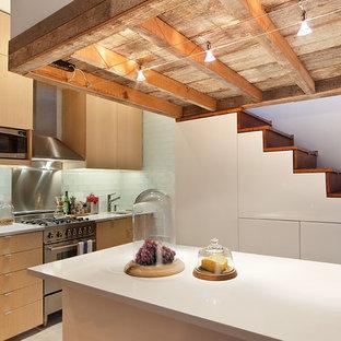 ニューヨークの中サイズのインダストリアルスタイルのおしゃれなキッチン (アンダーカウンターシンク、フラットパネル扉のキャビネット、中間色木目調キャビネット、御影石カウンター、ガラスタイルのキッチンパネル、シルバーの調理設備の、セラミックタイルの床) の写真