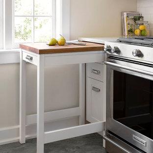 Inspiration för ett litet vintage kök, med skåp i shakerstil, vita skåp, bänkskiva i kvarts, vitt stänkskydd, stänkskydd i tunnelbanekakel, rostfria vitvaror och vinylgolv