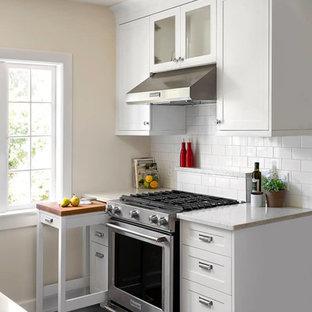 Modelo de cocina tradicional renovada, pequeña, con armarios estilo shaker, puertas de armario blancas, encimera de cuarzo compacto, salpicadero blanco, salpicadero de azulejos tipo metro, electrodomésticos de acero inoxidable y suelo vinílico