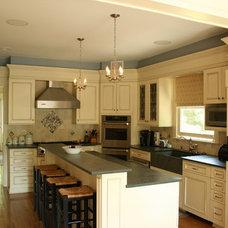 Traditional Kitchen by De Biasse & Seminara Architects, PC