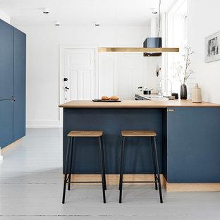 Неиссякаемый источник вдохновения для домашнего уюта: кухня среднего размера в скандинавском стиле с обеденным столом, деревянным полом и серым полом