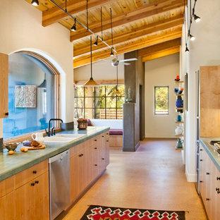 Zweizeilige Mediterrane Küche mit Einbauwaschbecken, flächenbündigen Schrankfronten, hellen Holzschränken und grüner Arbeitsplatte in Denver