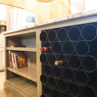 デンバーの中サイズのラスティックスタイルのおしゃれなキッチン (アンダーカウンターシンク、シェーカースタイル扉のキャビネット、中間色木目調キャビネット、御影石カウンター、茶色いキッチンパネル、石タイルのキッチンパネル、シルバーの調理設備の、濃色無垢フローリング、茶色い床) の写真