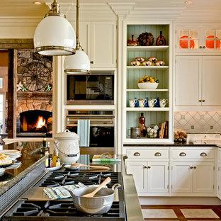Immagine di una cucina abitabile classica con ante con riquadro incassato, elettrodomestici in acciaio inossidabile, ante bianche, top in granito, paraspruzzi multicolore, lavello stile country e paraspruzzi con piastrelle in ceramica