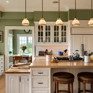 Ispirazione per una cucina abitabile chic con ante a filo, top in legno, elettrodomestici da incasso, ante bianche, lavello sottopiano e paraspruzzi bianco