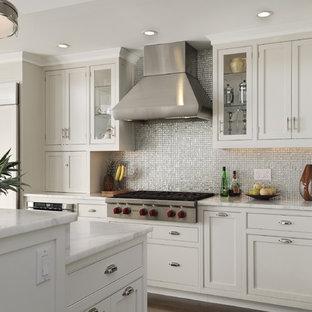 ニューヨークのカントリー風おしゃれなダイニングキッチン (モザイクタイルのキッチンパネル、シルバーの調理設備の、白いキャビネット、大理石カウンター、メタリックのキッチンパネル、ドロップインシンク、インセット扉のキャビネット) の写真